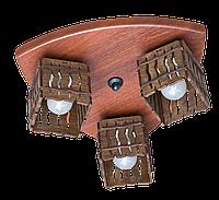 Деревянная потолочная люстра с 3 плафонами.