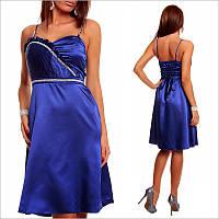Синее платье с элегантно подчеркнутой талией.