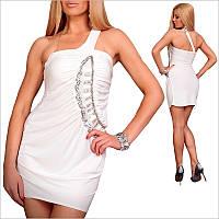 Белое приталенное платье.