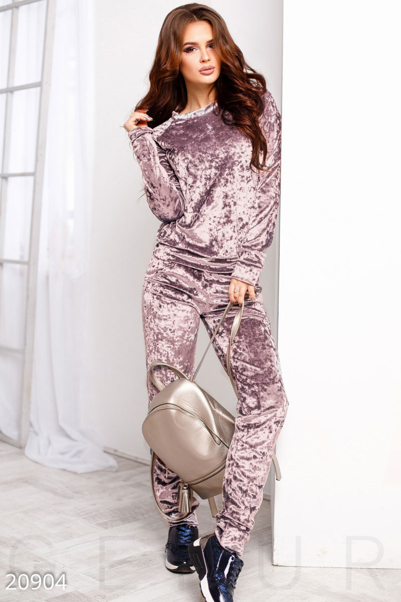 Бархатный спортивный костюм розового цвета