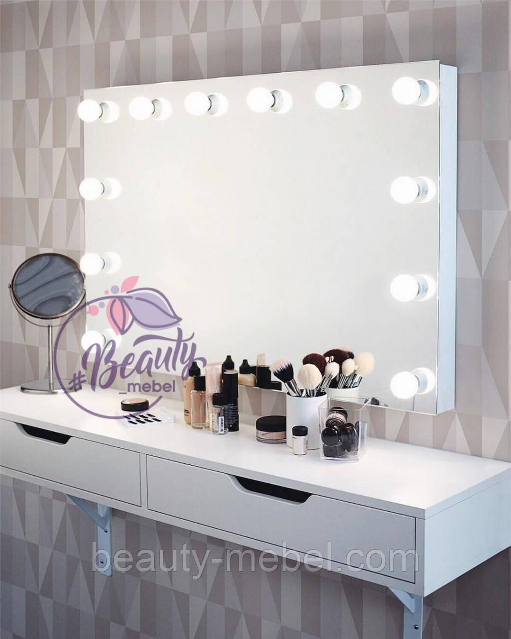 Широкое настенное зеркало с лампами с трех сторон без рамы