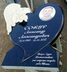 Памятник в виде сердца с ангелом из мрамора 2