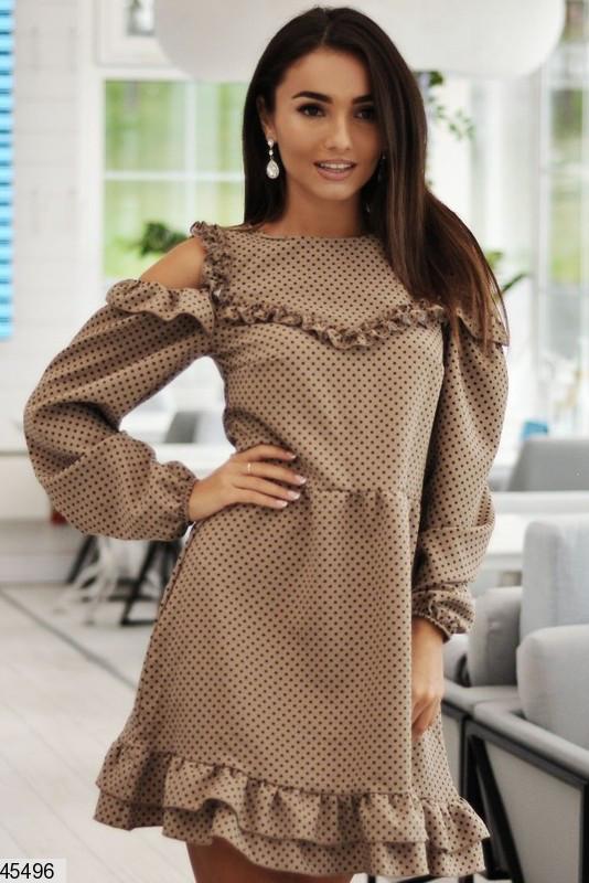 Стильное осеннее платье выше колен полуприталенное с воланами длинные широкие рукава бежевое
