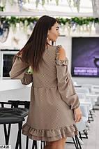 Стильное осеннее платье выше колен полуприталенное с воланами длинные широкие рукава бежевое, фото 3
