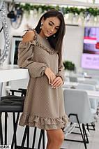 Стильное осеннее платье выше колен полуприталенное с воланами длинные широкие рукава бежевое, фото 2