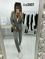 Женский деловой костюм с пиджаком в клетку