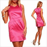 Розовое платье с небольшим вырезом и открытыми плечами.