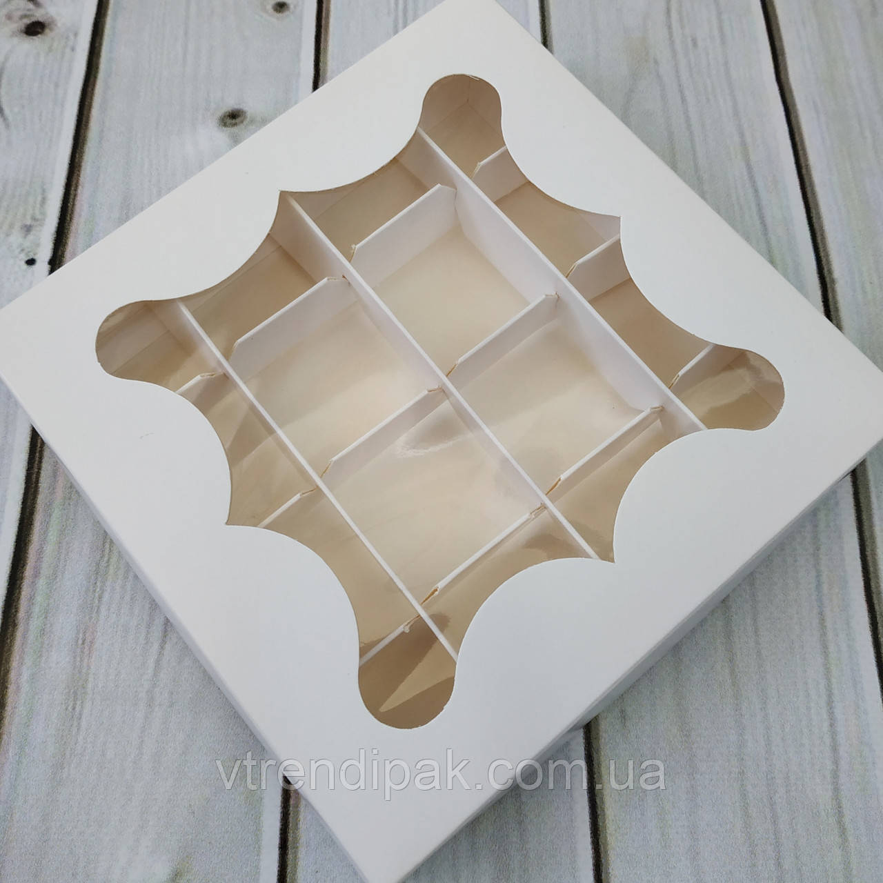 Коробка для цукерок, macarons  білий мелований картон з вікном (плівка ПВХ) 155*155*30