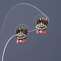 Серьги женские Царевна лягушка эмаль розовая,стразы белые и зеленые L-1,3см