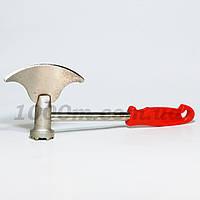 Топор молоток с красной ручкой