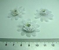 Цветок из ткани белый ромашка