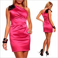 Розовое платье приталенного покроя.