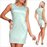 Платье цвета мяты с небольшим вырезом и открытыми плечами.
