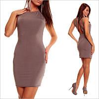 Темно - бежевое платье с открытыми плечами и небольшим вырезом.