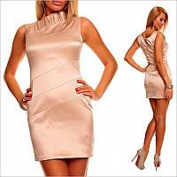 Персиковое платье с приятным блестящим оттенком.