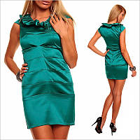 Изумрудное платье без рукавов.