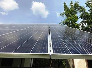 Вид установленных солнечных модулей снизу.