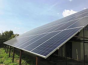 Солнечная электростанция построена с южной стороны от хозяйственных построек.