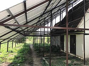 Наземная ферма сделана достаточно высокой, а солнечные батареи установлены под оптимальным для генерации углом.