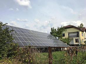 Солнечная станция на фоне дома.