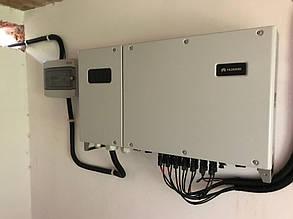 Сетевой инвертор и шкаф защиты установили на стене внутри помещения.