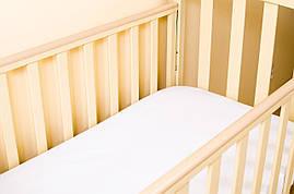 Детский наматрасник водонепроницаемый BabySoon на резинке с бортом по всему периметру 120*60 белый (820)