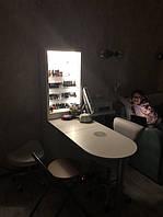 Маникюрный стол гармонично вписался в интерьер 2