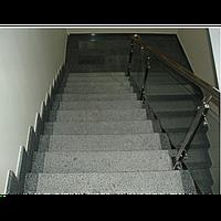 Гранитная лестница выполнена по индивидуальному проекту из гранита Покостовккого