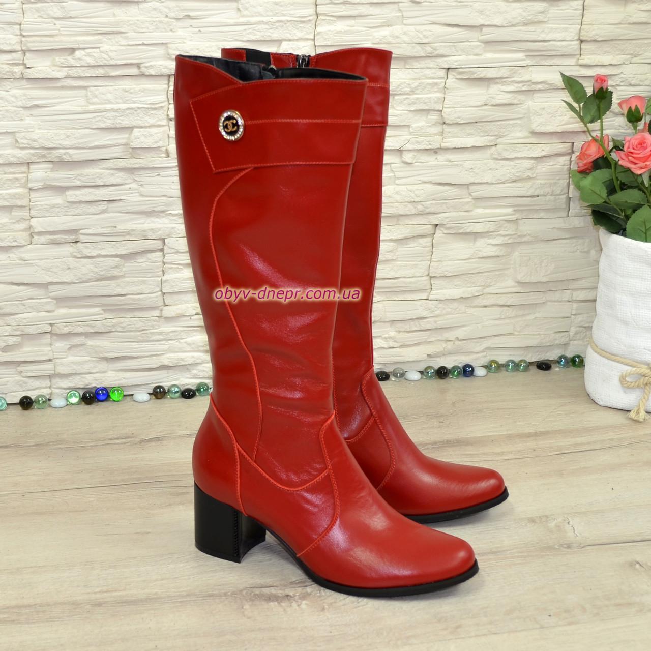 Сапоги зимние кожаные на невысоком устойчивом каблуке, цвет красный. Декорированы фурнитурой