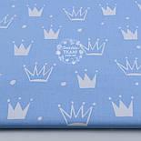 """Лоскут ткани """"Нарисованные короны"""" белые на голубом №1311а, фото 2"""