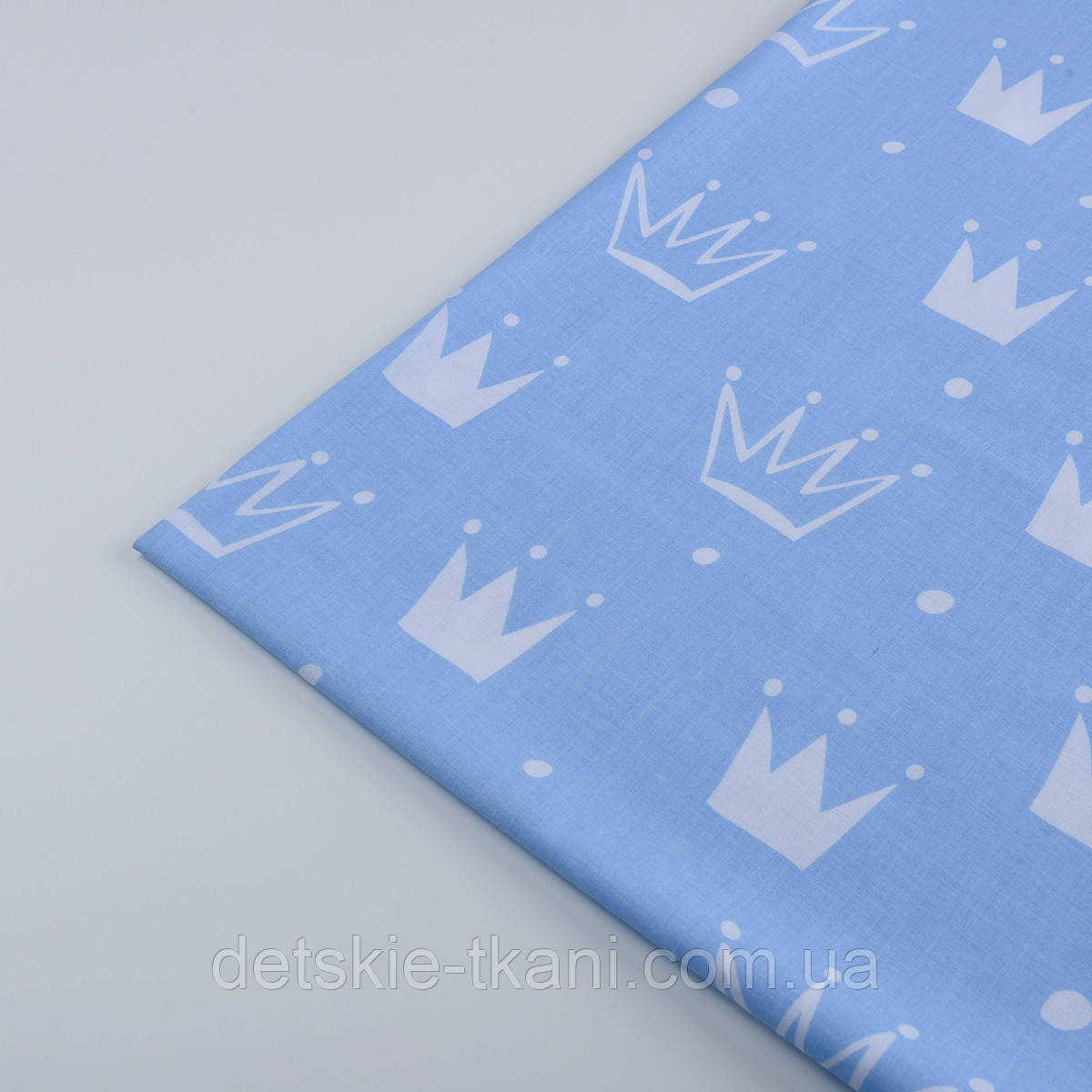 """Лоскут ткани """"Нарисованные короны"""" белые на голубом №1311а"""