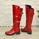 Сапоги зимние лаковые на невысоком устойчивом каблуке, декорированы ремешком, фото 4