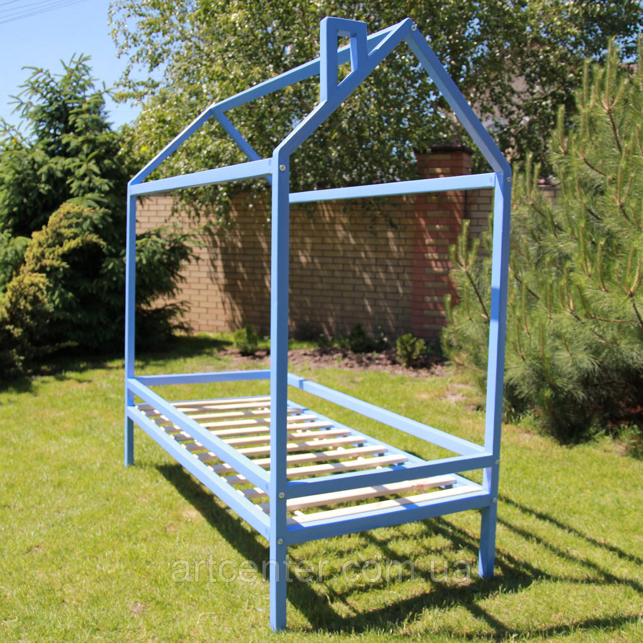 Кровать-домик на ножках голубого цвета