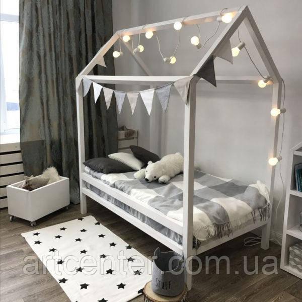 Кровать-домик белого цвета на ножках