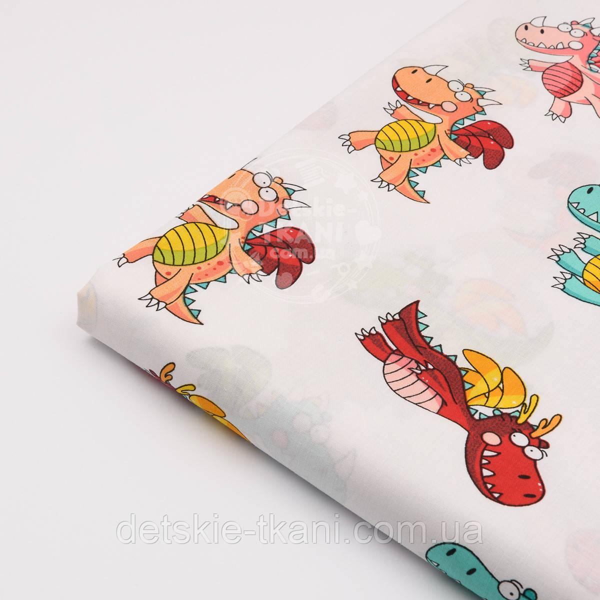"""Лоскут ткани №1130а """"Разноцветные динозаврики"""" на белом фоне"""