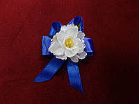 Бутоньерка для гостя на свадьбе белая с синим