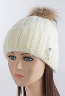 Зимняя женская шапочка с помпоном из енота Ваниль молочная
