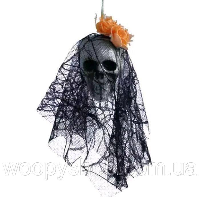 Декоративный череп оранжевой розой. Хеллоуин. Декор