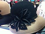 Фетровая шляпа  с полями украшена цветочной композицией комбинированная, фото 3