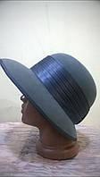 Серая шляпа  с полями  украшенная атласной лентой