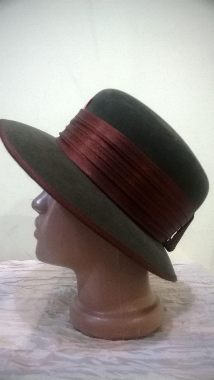 Коричневая шляпа  с полями  украшенная атласной лентой
