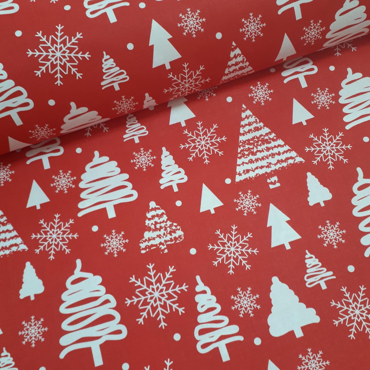 Ткань новогодняя польская хлопковая, белые елочки и снежинки на красном