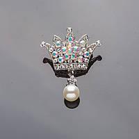 """Брошь серебристая Корона в стразах """" хамелеон"""" с жемчужной подвеской 4*3см Код:574796676"""
