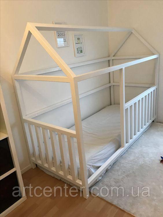 Кроватка-домик белого цвета на ножках