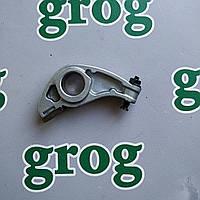 Коромысло толкатель клапана в сборе с винтом регулятора ( 8 клапанный ) Логан  7700273618