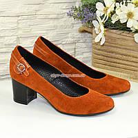 Женские замшевые туфли рыжего цвета на невысоком каблуке, декорированы ремешком. 38 размер