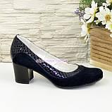 Женские классические синие туфли на невысоком устойчивом каблуке, натуральные замша и кожа питон, фото 2