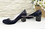 Женские классические синие туфли на невысоком устойчивом каблуке, натуральные замша и кожа питон, фото 3