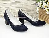 Женские классические синие туфли на невысоком устойчивом каблуке, натуральные замша и кожа питон, фото 4