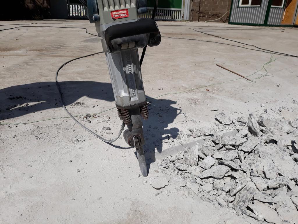 В местах стыка с бетоном, который заливался в прошлые разы, снимался специальный временный неармированный слой (для съезда оставляли). Даже бетонолом Бош 16-30 очень сложно с ним справился. Всё-таки М400.